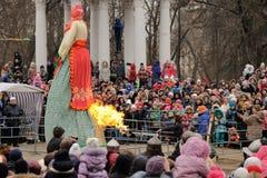 Orel, Russland, Maslenitsa-Festival - 22. Februar 2015: Brand Kost Stockbilder