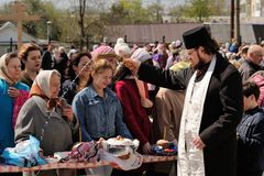Orel Ryssland - April 30, 2016: Påsk- välsignelse av påskkorgen Arkivfoto