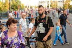 Orel Ryssland - Augusti 04, 2016: MässingsmusikbandfestHipster i bla Royaltyfria Bilder