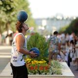 Orel Ryssland - Augusti 05, 2016: Orel stadsdag Man som jonglerar med Royaltyfri Fotografi