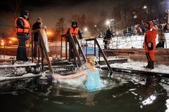 Orel Ryssland, Januari 19, 2018: Epiphany Rysk kvinnabadning Royaltyfria Bilder