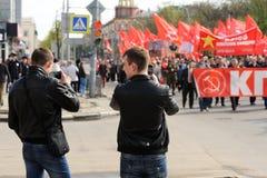 Orel Ryssland - Maj 1, 2016: Kommunistpartidemonstration Barn Royaltyfri Foto