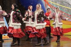 Orel Ryssland - mars 13, 2016: Maslenitsa pannkakafestival Gir Arkivfoton