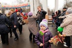 Orel Ryssland - mars 13, 2016: Maslenitsa pannkakafestival Gir Arkivbild