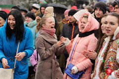 Orel Ryssland - mars 13, 2016: Maslenitsa pannkakafestival Gir Fotografering för Bildbyråer