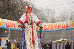Orel Ryssland - mars 13, 2016: Maslenitsa pannkakafestival knatte Arkivbilder