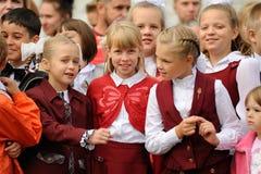 Orel Ryssland - September 1, 2015: Blonda flickor för barnskola i r Royaltyfri Foto