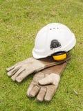 A orelha da segurança falha o capacete e luvas de couro criogênicas para o industr Imagens de Stock Royalty Free