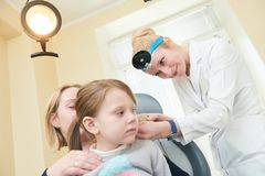 Orelha, nariz, exame da garganta Doutor OTORRINOLARINGOLÓGICO com uma criança e um endoscópio otolaringologia imagens de stock royalty free