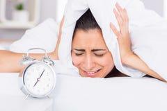 Orelhas da coberta da mulher com a folha na cama Fotos de Stock Royalty Free