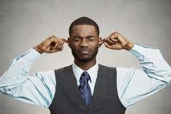 Orelhas de fechamento do homem que evitam a conversação desagradável, situação Imagens de Stock Royalty Free