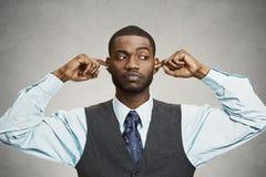 Orelhas de fechamento do homem que evitam a conversação desagradável, situação Imagem de Stock Royalty Free