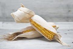 Orelhas de milho em um fundo de madeira Imagem de Stock Royalty Free