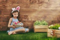 Orelhas desgastando do coelho da menina Fotografia de Stock