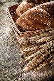Orelhas do centeio do palito da cesta de vime no fundo de despedida Fotografia de Stock Royalty Free