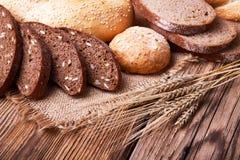 Orelhas do pão fresco e do trigo Fotos de Stock