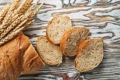 Orelhas maduras cortadas do centeio do pão na superfície de madeira Fotografia de Stock Royalty Free