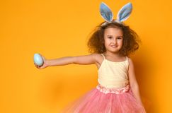 Orelhas vestindo do coelho da menina bonito da criança pequena no dia da Páscoa foto de stock royalty free