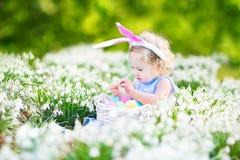 Orelhas vestindo do coelho da menina bonito da criança com Páscoa e fotografia de stock royalty free