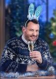 Orelhas vestindo do coelho do gajo maduro na véspera de ano novo fotografia de stock royalty free