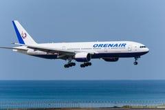 Orenair de l'atterrissage de la Russie à l'aéroport de phuket Photographie stock libre de droits