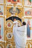 Orenbourg, Federation-2 russe Aprel 2019 Prêtre orthodoxe tenant un bébé pendant le rituel de baptême photos libres de droits