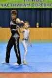 Orenbourg, Russie, année des 26-27 mai 2017 : Les juniors concurrencent dans des acrobaties de sports Images libres de droits