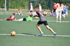 Orenbourg, Russie - 18 août 2017 année : le football de jeu de garçons Image libre de droits