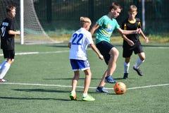 Orenbourg, Russie - 18 août 2017 année : le football de jeu de garçons Photographie stock libre de droits