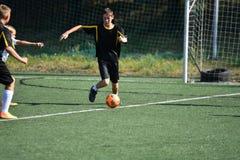 Orenbourg, Russie - 18 août 2017 année : le football de jeu de garçons Photos stock
