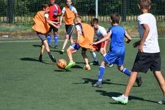 Orenbourg, Russie - 18 août 2017 année : le football de jeu de garçons Photo stock