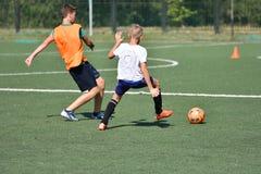 Orenbourg, Russie - 18 août 2017 année : le football de jeu de garçons Photographie stock