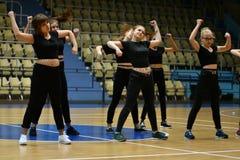 Orenbourg, Russie - 9 décembre 2017 année : les filles concurrencent dans l'aérobic de forme physique Photo stock