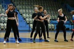 Orenbourg, Russie - 9 décembre 2017 année : les filles concurrencent dans l'aérobic de forme physique Photos libres de droits