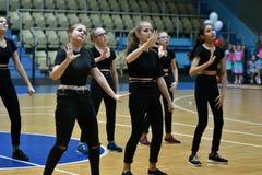 Orenbourg, Russie - 9 décembre 2017 année : les filles concurrencent dans l'aérobic de forme physique Image stock