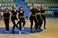 Orenbourg, Russie - 9 décembre 2017 année : les filles concurrencent dans l'aérobic de forme physique Image libre de droits