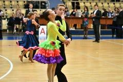 Orenbourg, Russie - 11 décembre 2016 : Danse de fille et de garçon Photos stock