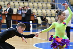 Orenbourg, Russie - 11 décembre 2016 : Danse de fille et de garçon Photo stock