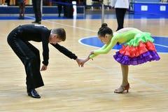 Orenbourg, Russie - 11 décembre 2016 : Danse de fille et de garçon Image libre de droits