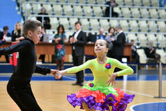 Orenbourg, Russie - 11 décembre 2016 : Danse de fille et de garçon Images stock