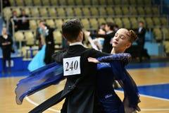Orenbourg, Russie - 11 décembre 2016 : Danse de fille et de garçon Photos libres de droits