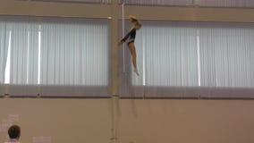 Orenbourg, Russie - 4 décembre 2016 : Les filles concurrencent en sautant sur le trempoline banque de vidéos