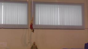 Orenbourg, Russie - 4 décembre 2016 : Les filles concurrencent en sautant sur le trempoline clips vidéos