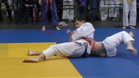 Orenbourg, Russie - 5 février 2016 : Les garçons concurrencent dans le judo banque de vidéos