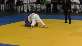 Orenbourg, Russie - 5 février 2016 : Les garçons concurrencent dans le judo clips vidéos