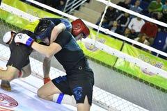 Orenbourg, Russie - 18 février 2017 année : Les combattants concurrencent en arts martiaux mélangés Photo libre de droits