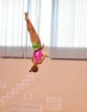 Orenbourg, Russie - 28 janvier 2017 : Les filles concurrencent en sautant sur le trempoline Photo stock