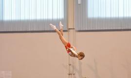Orenbourg, Russie - 28 janvier 2017 : Les filles concurrencent en sautant sur le trempoline Photographie stock