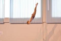 Orenbourg, Russie - 28 janvier 2017 : Les filles concurrencent en sautant sur le trempoline Image stock