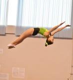 Orenbourg, Russie - 28 janvier 2017 : Les filles concurrencent en sautant sur le trempoline Images libres de droits